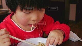子ども,家族,食べ物,食事,屋内,女の子,少女,フード,野菜,皿,人物,人,赤ちゃん,サラダ,可愛い,店,食べる,幼児,外食,美味しい,少年,ファストフード,飲食,少し,人間の顔