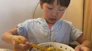 子ども,食べ物,食事,屋内,子供,フード,楽しい,皿,人物,壁,人,店,料理,幼児,小学生,美味しい,ラーメン,若い,ファストフード,スナック,飲食
