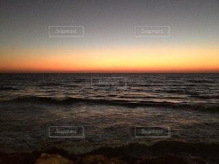 ビーチに沈む夕日の写真・画像素材[3379328]