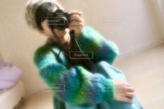 もこもこセーターとカメラ女子の写真・画像素材[3968837]