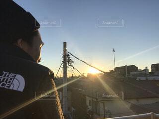 初日の出を屋上から見る彼の写真・画像素材[4030202]