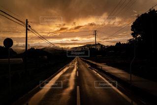 夕日を背景にした道の写真・画像素材[3433652]