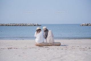 ビーチに座っている人の写真・画像素材[3544130]