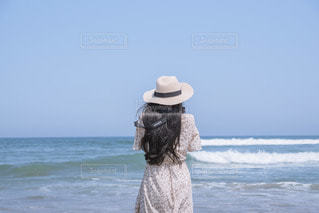 海を撮る人の写真・画像素材[3544131]