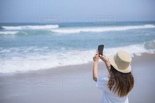 海を撮る人の写真・画像素材[3544134]