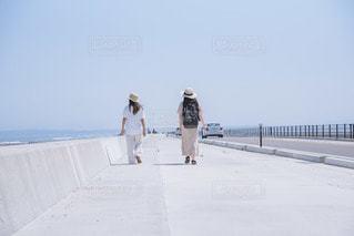 浜辺に立っている人の写真・画像素材[3544157]