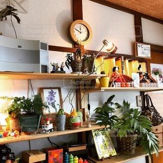 テーブルの上に家具と花瓶で満たされた部屋の写真・画像素材[3376274]