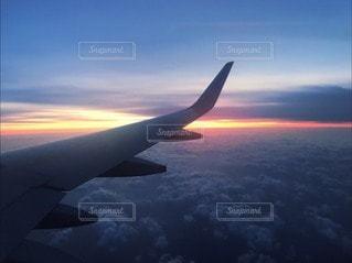 曇りの日に大きな飛行機の写真・画像素材[3407543]