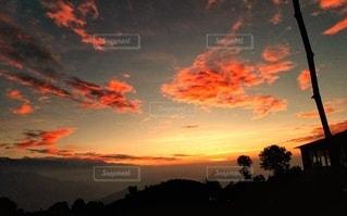 ネパールの山小屋から見たオレンジ色の夕焼けの写真・画像素材[3406342]