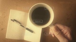 カフェ,コーヒー,レトロ,手持ち,コップ,人物,マグカップ,食器,カップ,メモ,ポートレート,メモ帳,コーヒーカップ,ライフスタイル,手元,ボールペン,コーヒー カップ,昔風