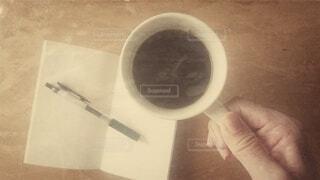 カフェ,コーヒー,レトロ,手持ち,コップ,人物,マグカップ,メモ,ポートレート,メモ帳,コーヒーカップ,ライフスタイル,手元,ボールペン,昔風
