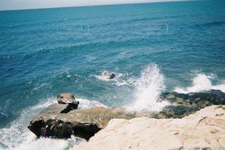 海の隣の岩場の写真・画像素材[3380001]