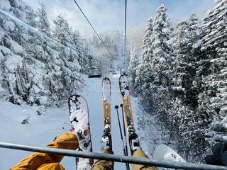 女性,男性,20代,30代,風景,空,冬,雪,屋外,雪山,スキー,運動,ゲレンデ,スキー場,リフト,ゴンドラ,スノーボード,爽快,斜面,ウィンタースポーツ