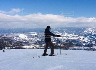 男性,自然,空,冬,雪,屋外,山,景色,男,日差し,丘,人,スキー,運動,ゲレンデ,斜面,ウィンタースポーツ,日中,ウインタースポーツ,スキーリゾート,スキーヤー,スポーツ用品,スキーポール