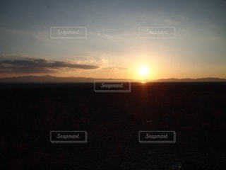 野原に沈む夕日の写真・画像素材[3399334]