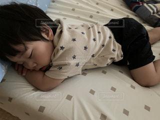 遊んだ後の昼寝の写真・画像素材[3383588]