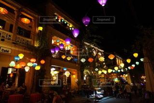 夜にぎやかな街道をクローズアップの写真・画像素材[3453797]