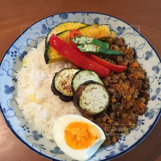 皿のご飯肉と野菜料理の写真・画像素材[775015]