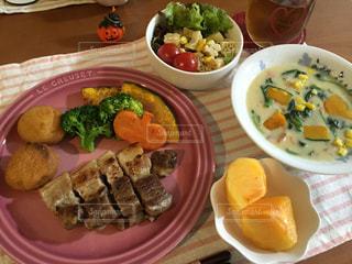 テーブルの上に食べ物のプレート - No.775411