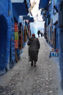 男性,青,後ろ姿,人物,背中,人,後姿,シャウエン,街中,モロッコ,ゆか写,シェフシャウエン,青い街,ジャバラ