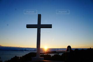 女性,空,夕日,太陽,夕暮れ,光,十字架,夕陽,クロアチア,景観,スプリット,マルヤンの丘