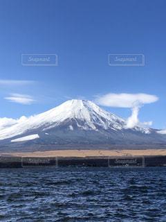 背景に山のある大きな水域の写真・画像素材[3390502]