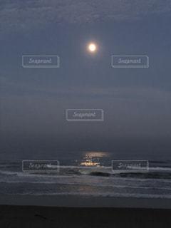 海から登るお月様の写真・画像素材[3393800]
