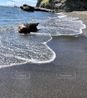 岩の隣に水の体の写真・画像素材[3627835]