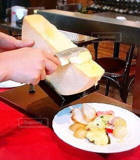 食べ物,屋内,手持ち,テーブル,野菜,人物,人,チーズ,レストラン,料理,おいしい,ポートレート,ライフスタイル,手元,とろける,ラクレット