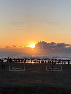 風景,海,空,屋外,太陽,朝日,ビーチ,雲,砂浜,波,水面,海岸,人物,正月,お正月,日の出,新年,初日の出