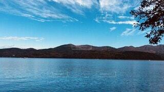 自然,風景,空,秋,富士山,紅葉,雪,屋外,湖,ビーチ,雲,ボート,青空,船,水面,山,景色,樹木,癒し,雄大,ハイキング,リフレッシュ,湖畔,山中湖,日中,穏やか