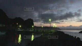 風景,海,空,夜,屋外,雲,堤防,川,水面,海岸,釣り人,景色,樹木,港,岸壁,太平洋,夜明け前,街路灯