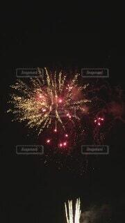 風景,夏,夜,夜空,屋外,赤,綺麗,花火,花火大会,明るい,風物詩,打ち上げ花火,交通,景観,大輪,百花繚乱