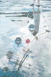 水溜りに写る少女の写真・画像素材[3404348]