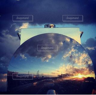 車に映る夕陽の写真・画像素材[3398926]