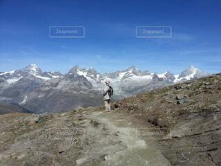 背景に山を持つ人の写真・画像素材[3617487]