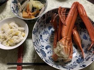 食べ物の皿をテーブルの上に置くの写真・画像素材[3755030]