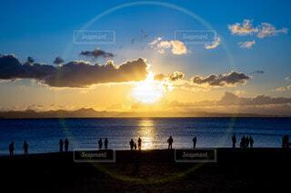 自然,風景,空,絶景,太陽,朝日,雲,青,水,波,海辺,海岸,景色,影,水平線,シルエット,オレンジ,光,逆光,人,正月,ブルー,お正月,リフレクション,日の出,フレア,新年,宇宙,初日の出,人間,ゴースト,雲模様,おひさま