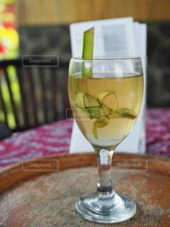 テーブルの上のワイングラスの写真・画像素材[3419111]