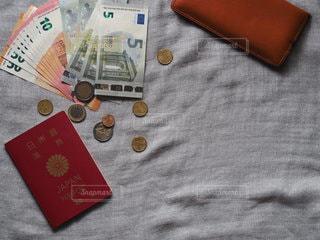 外貨と財布とパスポートの写真・画像素材[3457487]