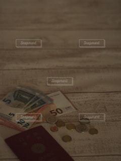 外貨と財布とパスポートの写真・画像素材[3457525]