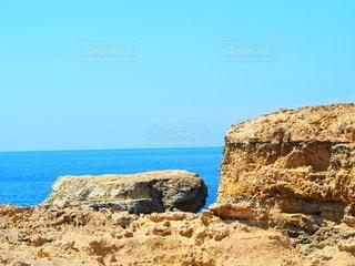 海の隣の岩場の写真・画像素材[3480026]