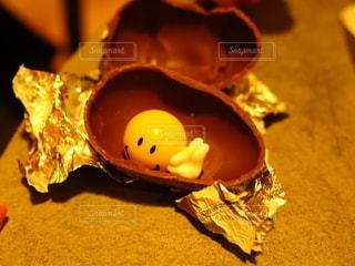 テーブルの上に卵の写真・画像素材[3489108]