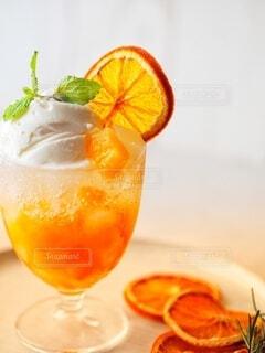 オレンジジュースのグラスの写真・画像素材[3616430]
