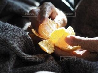 みかんを剥く手の写真・画像素材[3886497]
