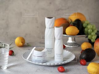 テーブルの上に座っている果物のボウルの写真・画像素材[4262526]