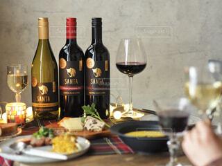 テーブルの上にワイン1本の写真・画像素材[4339924]