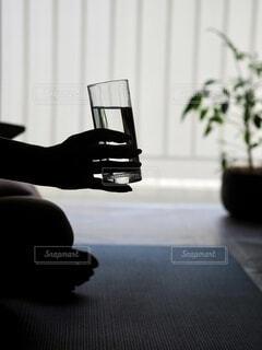窓の前に座っている人の写真・画像素材[4637964]