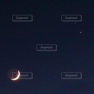 夜空に三日月の写真・画像素材[4615984]