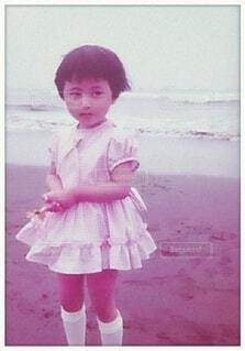 海岸を散歩する女の子の写真・画像素材[4695295]